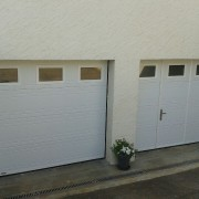 PORTES DE GARAGE PLAFOND MOTORISEE DONT 1 AVEC PORTILLON SERRURE 7 POINTS